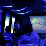 Predavačica drži predavanje u prostoriji punoj posjetitelja.