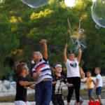 Djeca skaču za balonima od sapunice.