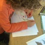 Dijete boji obrisni crtež šišmiša.