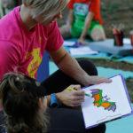 Dijete i odrasla osoba crtaju šišmiša.